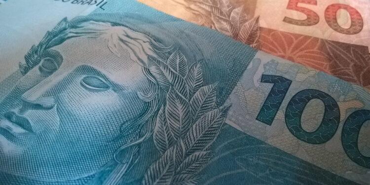 Auxílio-inclusão: notas de cem e cinquenta reais