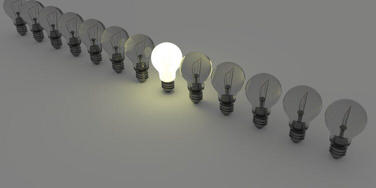 Conta de luz mais cara: a imagem mostra lâmpadas enfileiradas apagadas e apenas uma acesa no centro