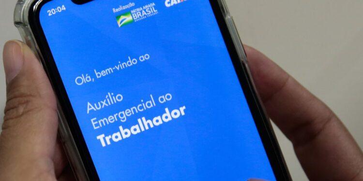 Auxílio emergencial prorrogado: página do auxílio emergencial aberta em tela de celular
