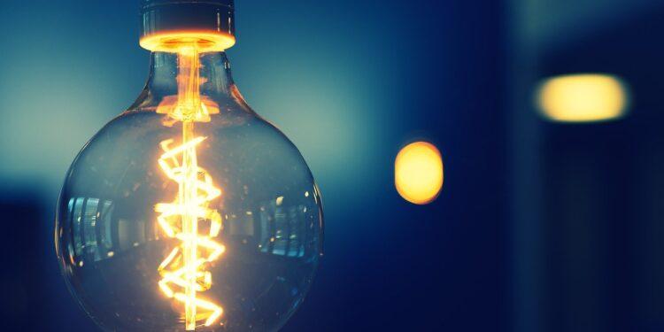 CadÚnico: proposta facilita inclusão na Tarifa Social de Energia: lâmpada acesa