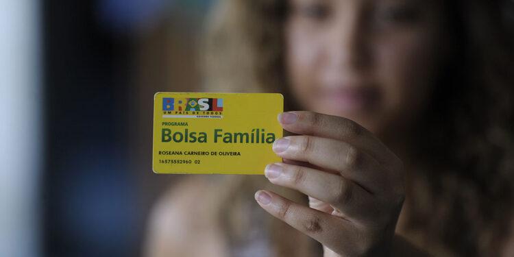 aumento no valor do bolsa família: a imagem mostra mulher segurando o cartão do bolsa família