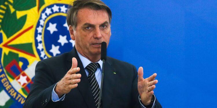 empréstimo para negativados: a imagem mostra Jair Bolsonaro falando ao microfone e gesticulando com as mãos