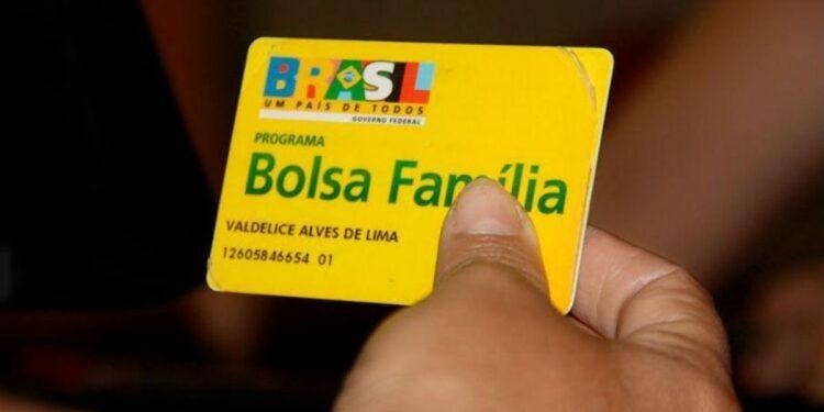 Problemas no Bolsa Família: enquadramento em mão segurando cartão do Bolsa Família