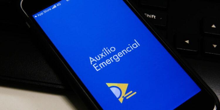 Quarta parcela do auxílio emergencial: celular com logo do auxílio emergencial na tela